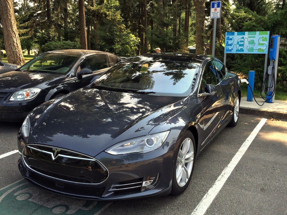 Tesla Model S Charging at Parksville beach by anisoboy via Fklickr (CC BY SA, 2.0 License)